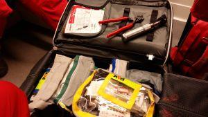 Akutvårdarnas ryggsäck innehåller bland annat en avbitartång, öronlampa och utrustning att sy ihop sår med.