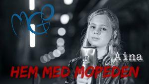MGP 2016-vinnaren Aina står bakom en mikrofon.