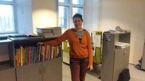 Pia Mikander vid en bokhylla.