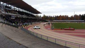Huvudläktaren på Paavo Nurmi stadion är helt full, med 4216 åskådare, då TPS och Inter möts i ligakvalet hösten 2016.