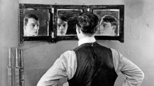 Buster Keaton elokuvassa The Playhouse eli Näyttämöllä (1921).