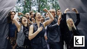 Ylioppilasteatterilaisia Lapualaisoopperan esityksessä kesällä 2016.