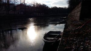 Isen har lagt sig i Aura å i Åbo, och en roddbåt riskerar att frysa fast.