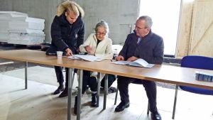 Marianne Möller från Teater Viirus skrev under ett samarbetsavtal om Victoriasalen med stiftelsen Kvarteret Victoria.