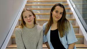 Wilmalotta Kristo och Linn Hägglund på prao vid Yle Österbotten.
