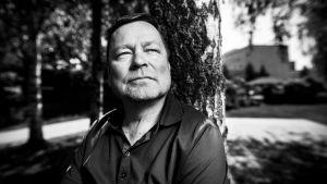 Juha-Pekka Hotinen nojaa puuhun.