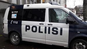Polisbil utanför polisstationen i Borgå.