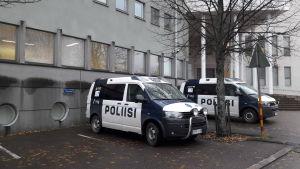 Polisbilar utanför polisstationen i Borgå.