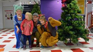 """Karaktärerna Susie, Farfar Rost och Hamstern från julkalenderna """"Det jättestora juleljuset"""" tillsammans med Klara Maria som var på besök."""