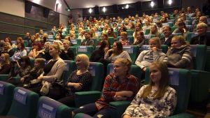Ylen auditoriossa istuu Syke-sarjan faneja.