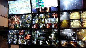 Skärmar fulla med bilder från trafikövervakningskameror i Åbo och längs huvudvägarna.