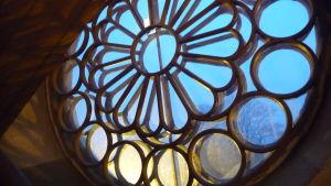 Ett fönster i Kristinestads nya kyrka.