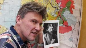 Karl-David Långbacka håller upp foto av Rasputin