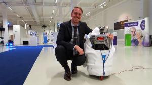 Nicholas Andersson på organisationen Airo Island och roboten J2B2