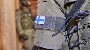 Suomen lippu varusmiehen hihassa