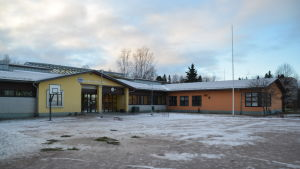 En snöig gård framför Sjundeå svenska skola.