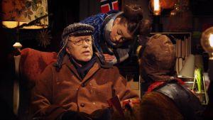 Farfar Rost sitter i en fåtölj och pratar med Hamstern och Lillspiken