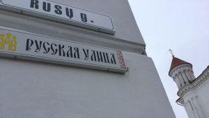 Gatuskylt i Vilnius där det står Ryska gatan både på litauiska och ryska.