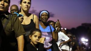 Kubaner köar till José Martí-monumentet på Revolutionstorget i Havanna för att hedra minnet av Fidel Castro.