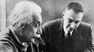 Fyysikot Albert Einstein ja Robert Oppenheimer