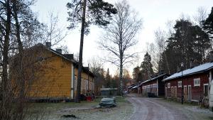 Trähus invid Karis järnvägsstation.