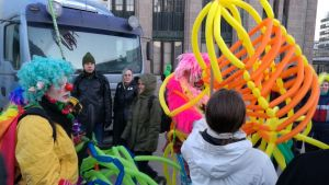Clownerna Loldiers of Odin deltar i självständighetsdagens demonstration