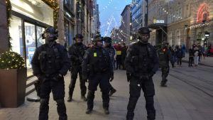 Polis övervakar demonstrationerna på självständighetsdagen.