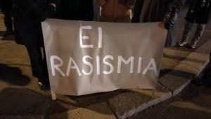 "Skylten ""Ingen rasism"" demonstretar mot ytterhögerns 612-fackeltåg i Tölö."