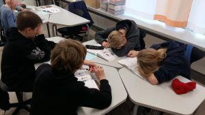 Pojkar lär sig svenska genom lekar på högstadienivå i Nickby hjärta i Sibbo.
