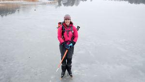 Eva-Lotta Backman Wingqvist står på en grå våt is med stavar i näven och långfärdsskridskor på