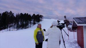 Jari Lehtinen från Åbo slalomsällskap intervjuas av Yles Minna Rosvall.