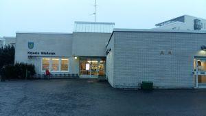 Grankulla bibliotek, lådliknande byggnad i vitt tegel.