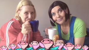 Eija Vilpas ja Riitta Havukainen istuvat kahvikupit kädessään pöydän ääressä.