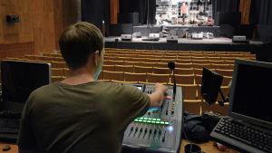 Anders Englund mixar ljudet Kulturskafferiet Ritz i Vasa.