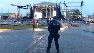 En massiv polisstyrka tryggar hela kärncentrum av Helsingfors, säger äldre konstapel Ben Sjöroos. Farthinder finns vid alla infarter.