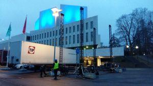 e festdeltagare som söker sig mot Tölöviken kan se händelserna på huvudscenen på en uppriggad storscreen bakom Finlandiahuset. Strålkastare riktas mot Tölöviken och parken där.