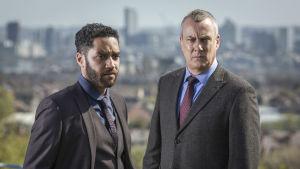 Ylikomisario Banksin tiivis tiimi jatkaa viidennen kauden uusissa jaksoissa työtään rikollisuuden kitkemiseksi.