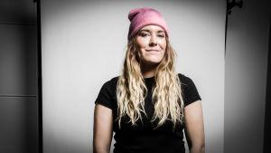 Pernilla Karlsson med rosa mössa.
