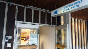 Dörren står öppen till barnkliniken vid Åbo universitetscentralsjukhus.