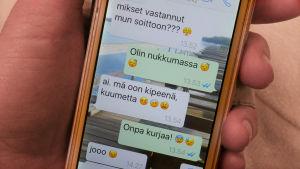 Whatsapp-viestejä kännykän näytöllä, emojeja.