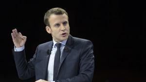 Den förre ekonomiministern och obundne mittenkandidaten Emmanuel Macron har seglat upp som ett överraskningsnamn som kan nå den andra valomgången