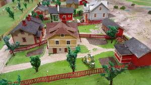 Närbilder av några gårdar i miniatyrstaden mariehamn på 1920-talet. Fotot taget hösten 2016.