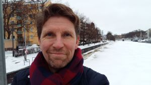Janne Salmi på Teaterbron vid Aura å.