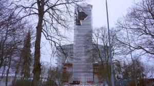 Kristinestads kyrka intäckt i presenningar.