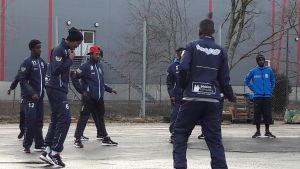 Spelarna håller på med fysisk träning utomhus.