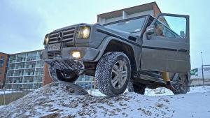 Pata Degerman stiger ur sin terrängbil i en snödriva