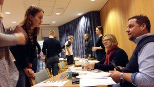 Mia Lagström och Alexander Lindholm fick många förfrågningar om sommarjobb och ansökningar.