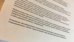 Inrikesminister Paula Risikko har svarat på breven om asylpolitik. Skrivet med maskin. Svaren på svenska och finska, detta brev på finska.