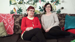 Kuvassa sohvaperunat Marja ja Eija.
