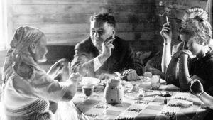 Ohjaaja Katja Gauriloffin dokumentissa kolttasaamelainen sadunkertoja Kaisa Gauriloff kohtaa 1930-luvulla sveitsiläisen kirjailijan Robert Crottetin.
